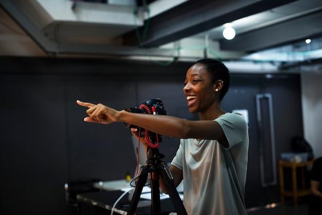 Fotografo allegro che dà istruzioni in studio
