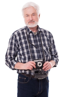 Fotografo anziano con fotocamera retrò