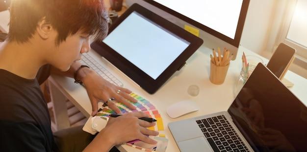 Fotografo che lavora al suo progetto con campioni di colore