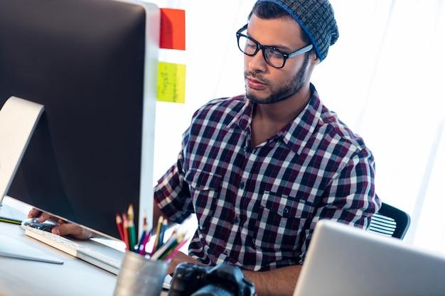 Fotografo che lavora allo scrittorio del computer
