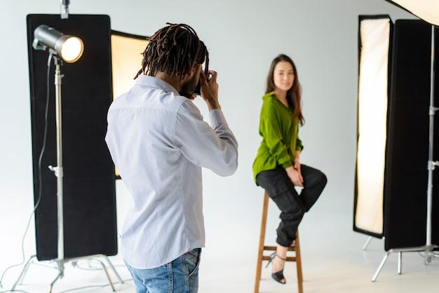 Fotografo che scatta foto professionali