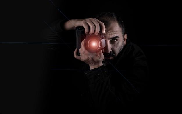 Fotografo che spara con una macchina fotografica