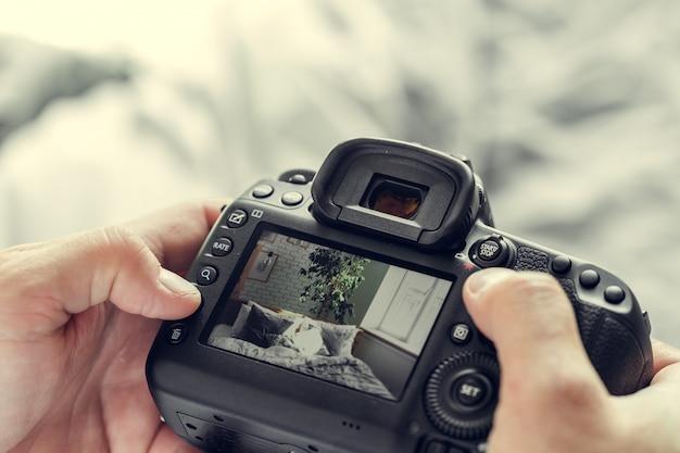 Fotografo con la macchina fotografica in mano