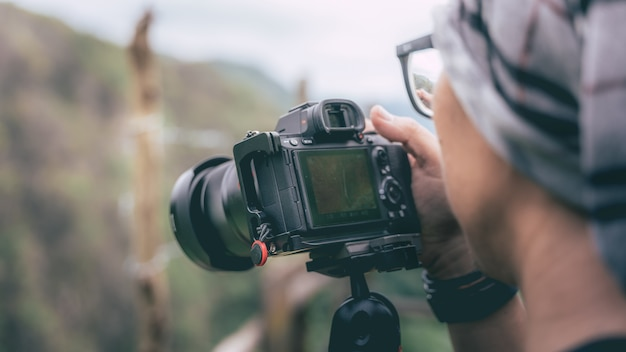 Fotografo con una fotocamera digitale