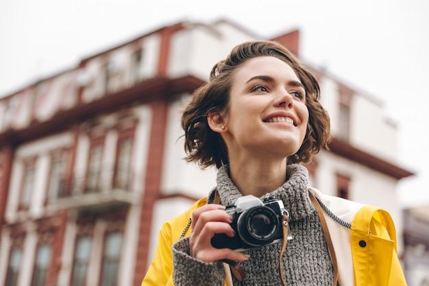 Fotografo concentrato di giovane donna