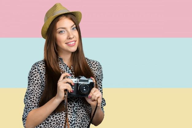 Fotografo della donna con la macchina fotografica