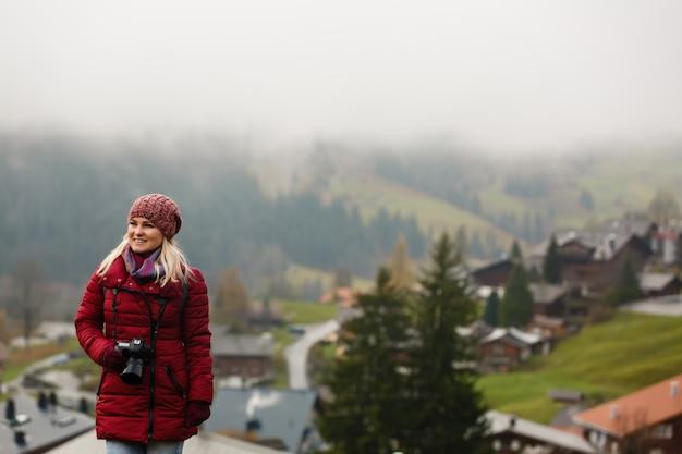 Fotografo di bella ragazza che scatta foto nelle montagne svizzere. svizzera.
