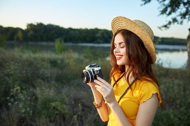Fotografo di donna con una macchina fotografica in mano