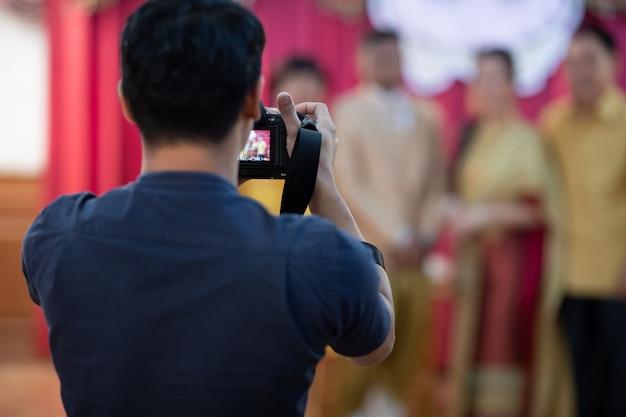 Fotografo di matrimoni in azione. lavoro fotografico.