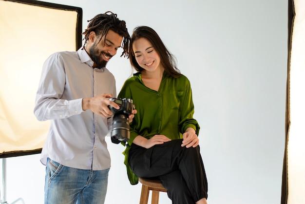 Fotografo di medio livello con fotocamera