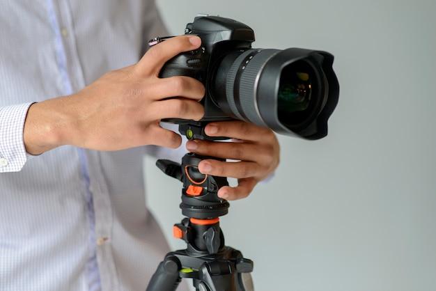 Fotografo di primo piano con la macchina fotografica