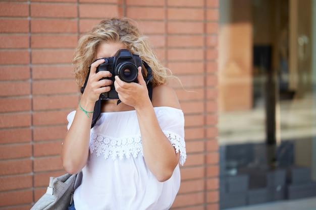 Fotografo femminile che lavora in ambiente urbano