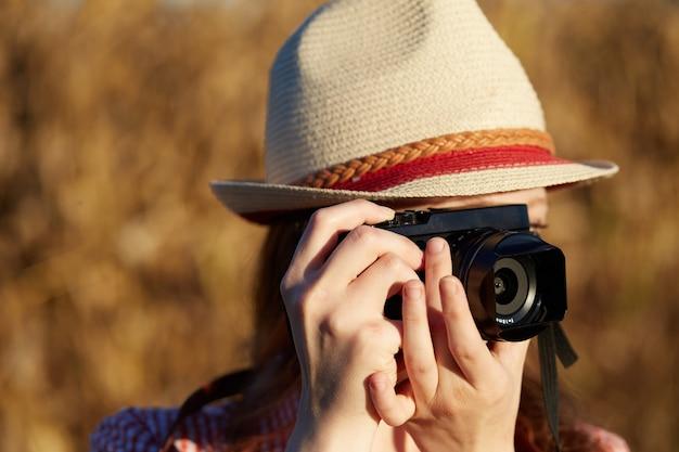 Fotografo femminile nel paese