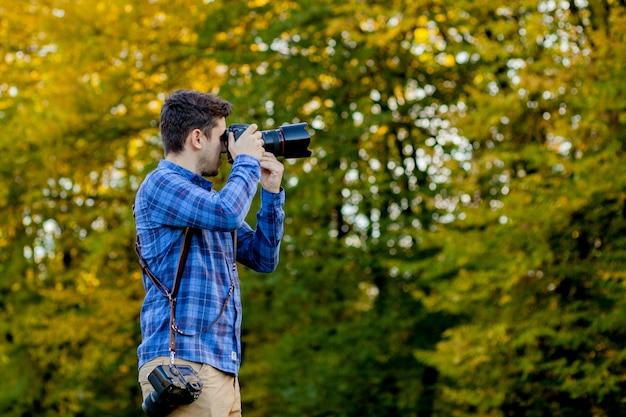 Fotografo professionista in azione con due fotocamere su spallacci