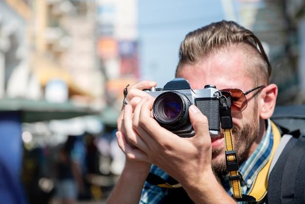 Fotografo turistico che cattura foto mentre viaggia nel sud-est asiatico