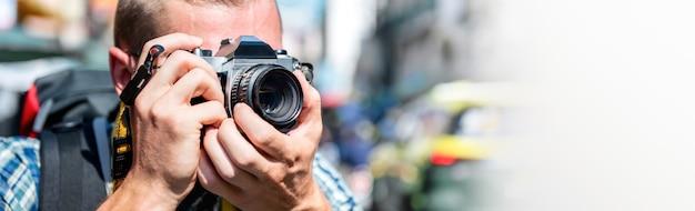 Fotografo turistico che prende foto in strada khao san bangkok, tailandia
