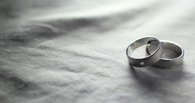 Fotographia di bianco e nero della fede nuziale