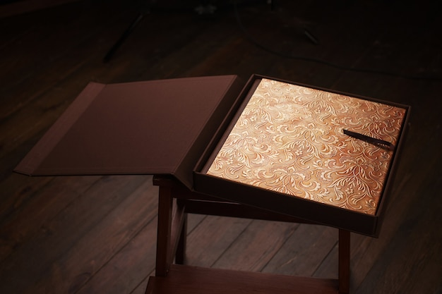 Fotolibro con copertina in vera pelle. colore marrone con stampa decorativa.