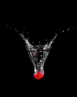 Fragola che si tuffa nell'acqua
