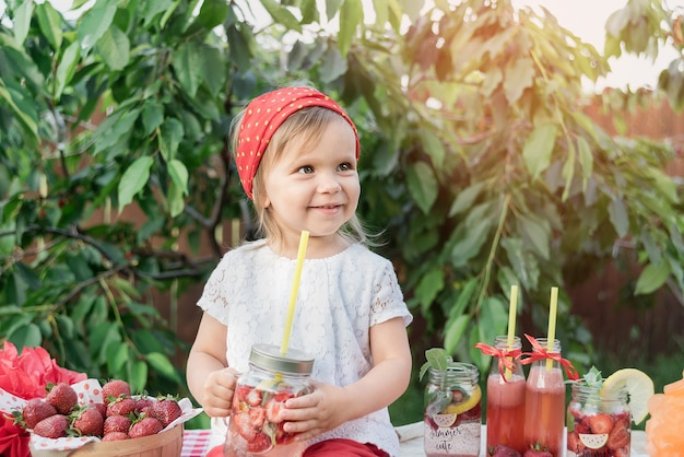 Fragola e menta hanno infuso acqua detox. limonata alla fragola con ghiaccio e menta come bevanda rinfrescante estiva in barattoli. bevande analcoliche fredde con frutta.