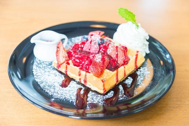 Fragola e mix di bacche su waffle