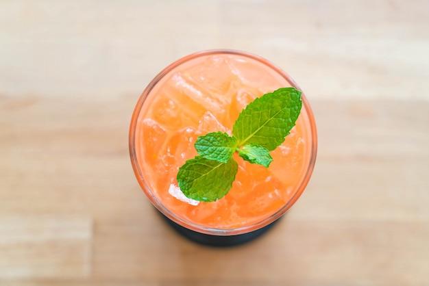 Fragola ghiacciata e succo d'arancia
