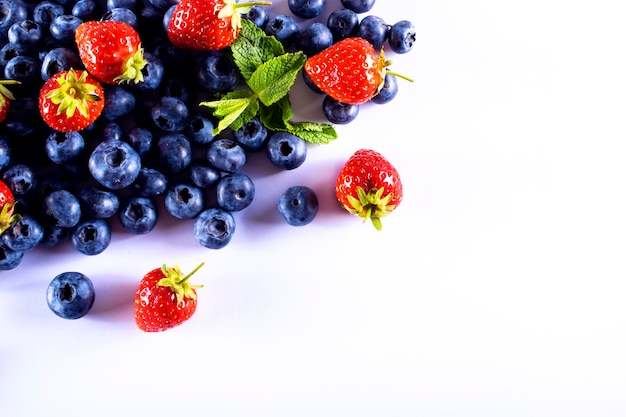 Fragole e mirtilli. frutta per una dieta sana.