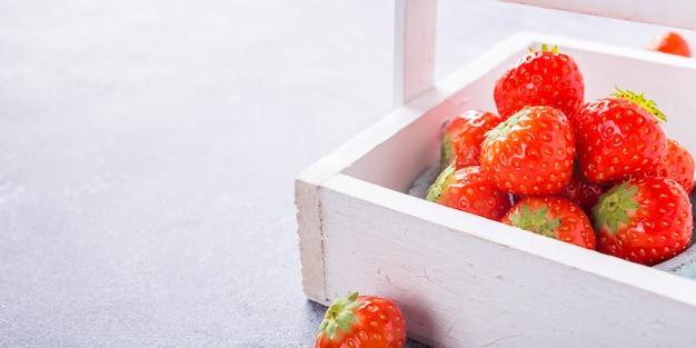 Fragole fresche in scatola bianca