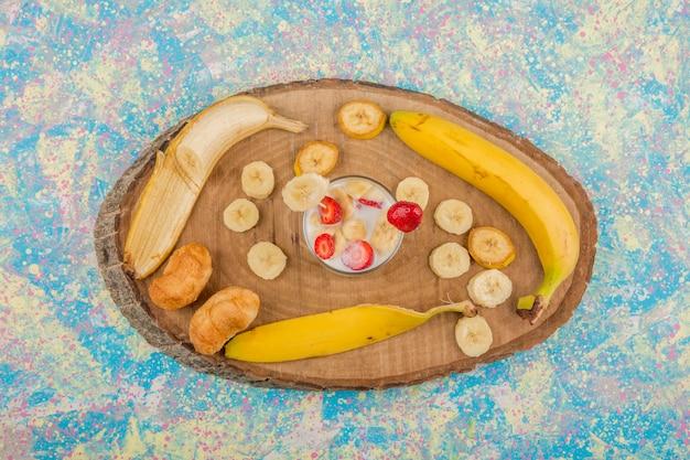 Fragole in crema servite con banana e pasta sfoglia, vista dall'alto