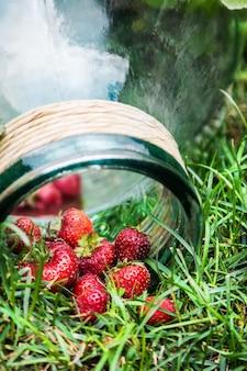 Fragole mature e un barattolo di vetro