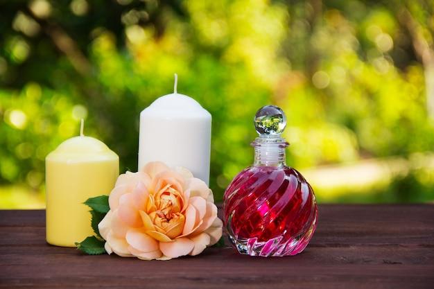 Fragrante olio di rose in una bellissima bottiglia di vetro