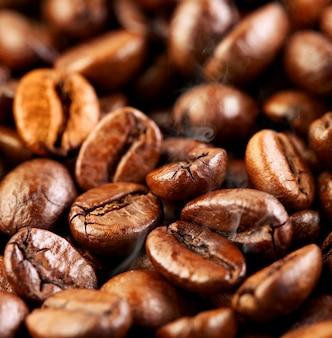 Fragranti chicchi di caffè fritti affumicati