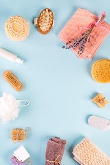 Frame of scrub peeling brush corpo scrubber massaggiatore luffa barra di sapone sul blu