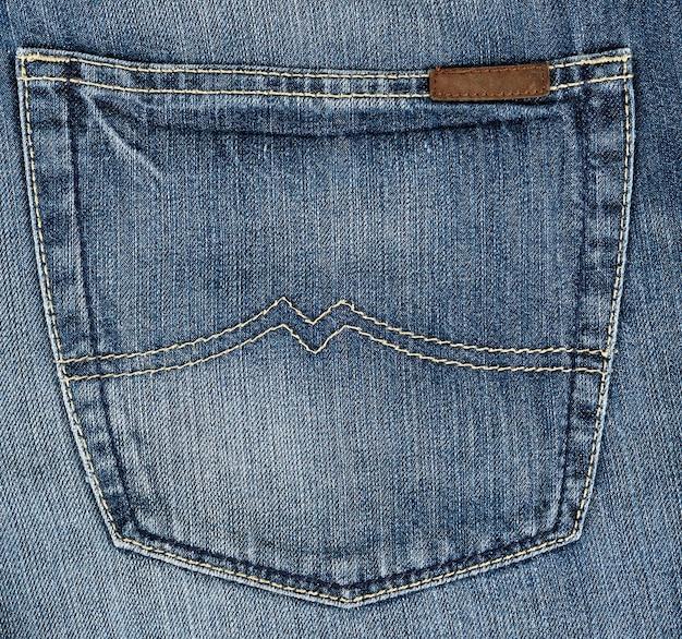 Frammento della parte posteriore dei jeans in tessuto blu