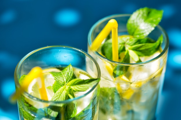 Frammento di bicchieri di limonata su sfondo blu