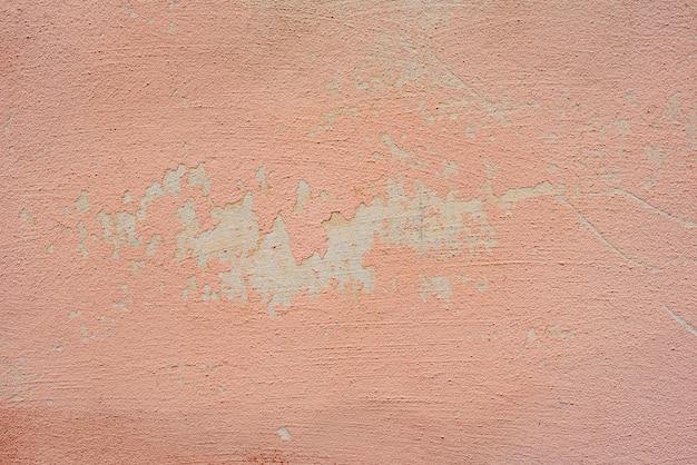 Frammento di muro con graffi e crepe sullo sfondo