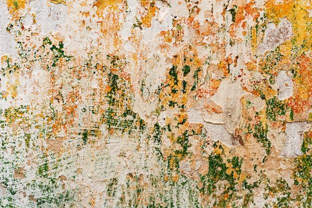 Frammento di parete con graffi e crepe