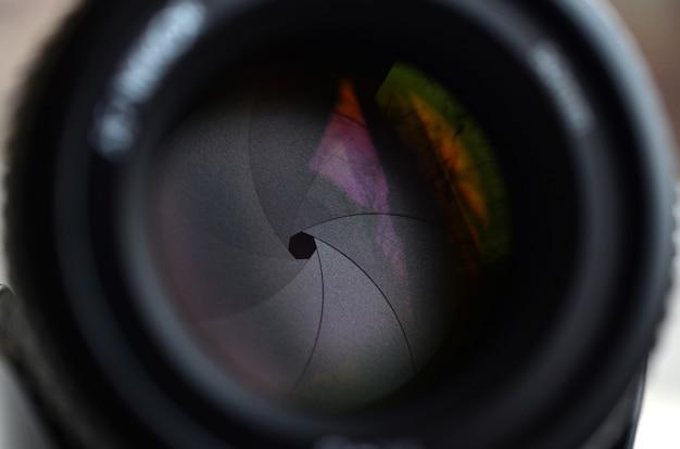 Frammento di un obiettivo ritratto per una fotocamera slr moderna.