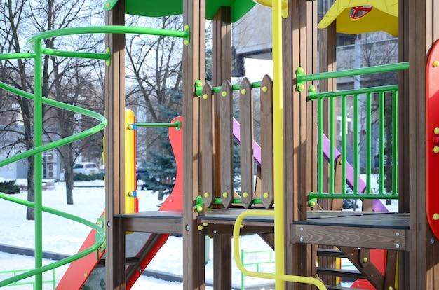 Frammento di un parco giochi in plastica e legno, dipinto in diversi colori