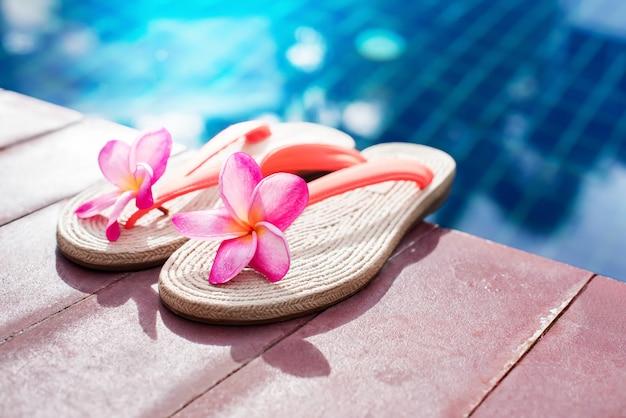 Frangipane rosa vicino allo spazio della copia della piscina