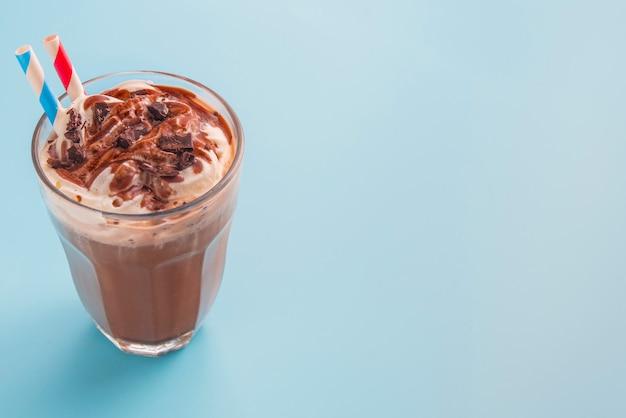 Frappè al cioccolato a colori il fondo