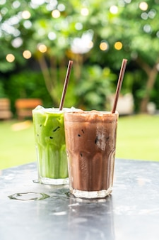 Frappè al cioccolato ghiacciato e tè verde freddo al latte