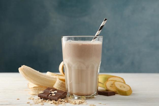 Frappè al cioccolato sul tavolo di legno bianco