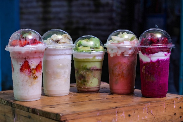 Frappè con variante di sapore: fragola, durian, avocado, guava, dragon fruit