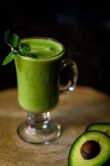 Frappè di avocado verde. frullato delizioso e salutare