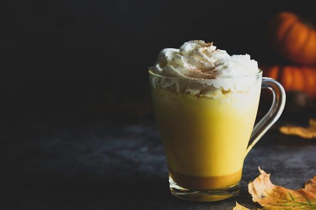 Frappè dorato speziato della bevanda del latte di autunno della zucca del latte con schiuma crema