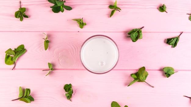 Frappè piatto laici su un tavolo di legno rosa