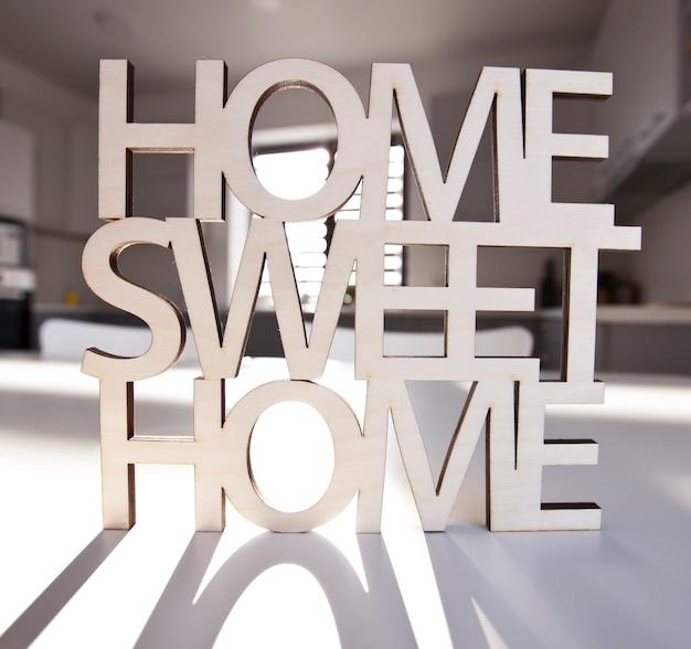 Frase casa, dolce casa in legno sullo sfondo della cucina nella nuova casa