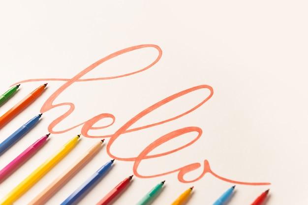 Frase di saluto scritta a mano con pennarello arancione