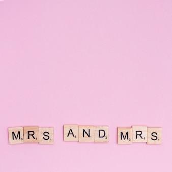 Frase mrs and mrs su quadrati di legno